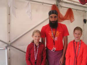 Louai mit den Hennenpost-Redakteurinnen Vicki (l.) und Elli (r.)
