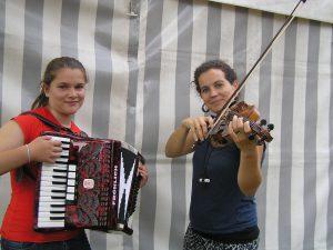 Sie lieben Musik: Milena spielt Akkordeon und Maria Geige.